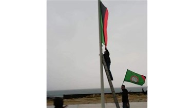 Amal supporters replace Libya's flag with flag of the movement (Video)